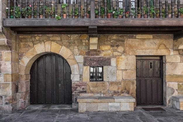 Stare drzwi w lierganes. tradycyjna architektura kantabryjska. kantabria. hiszpania.