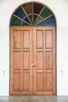Stare drzwi z kolorowym szkłem