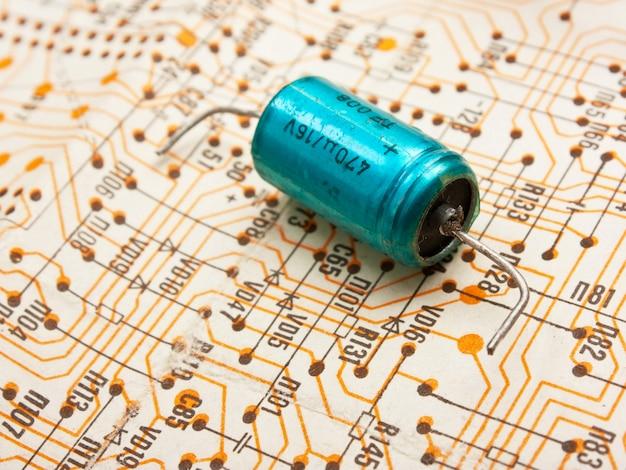 Stare elementy elektroniczne leżą na schemacie połączeń
