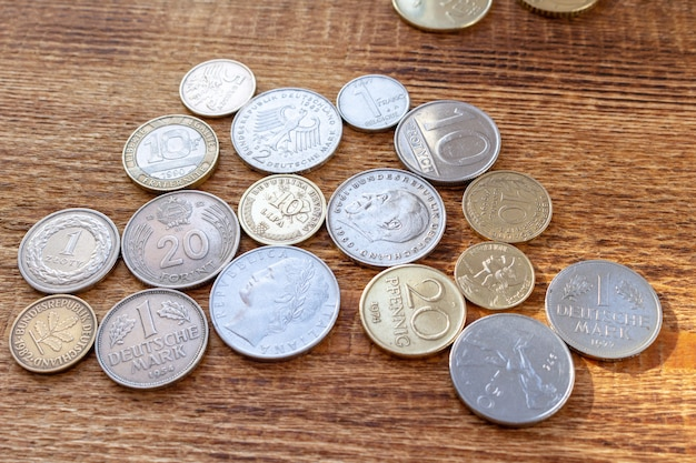 Stare europa monety na drewnianym stole
