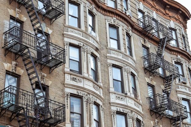 Stare fasady mieszkań, ze schodami przeciwpożarowymi. soho, manhattan. nyc