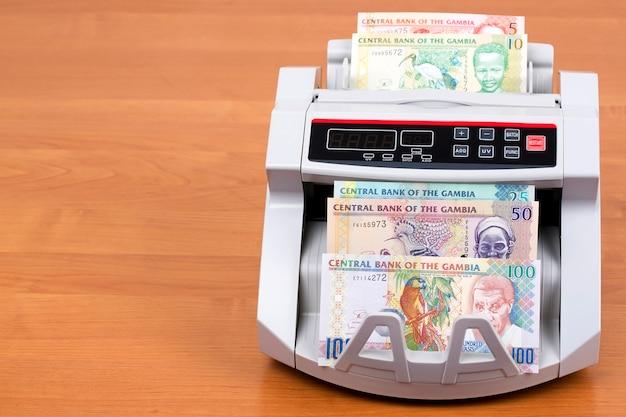 Stare gambijskie pieniądze - dalasi w maszynie liczącej
