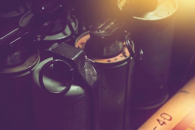 Stare granaty ręczne w pudełku z ciemnym tłem. stary sprzęt wojskowy w wojnie wietnamskiej