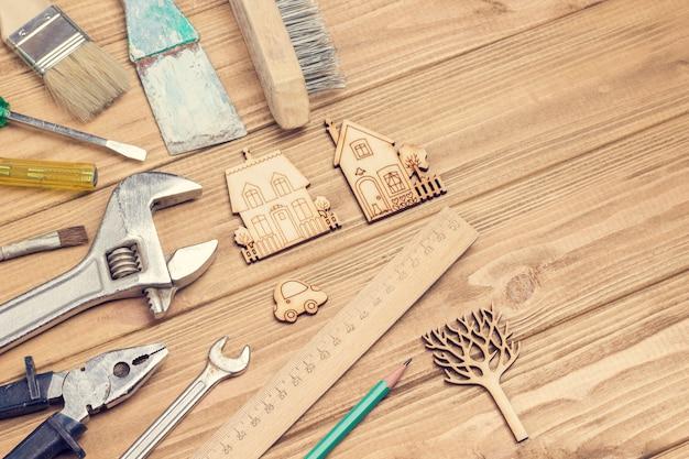 Stare i zakurzone narzędzia. zestaw domowych narzędzi do prac naprawczych