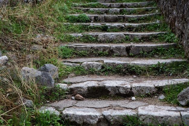 Stare kamienne schody w górach czarnogóry w mieście kotor