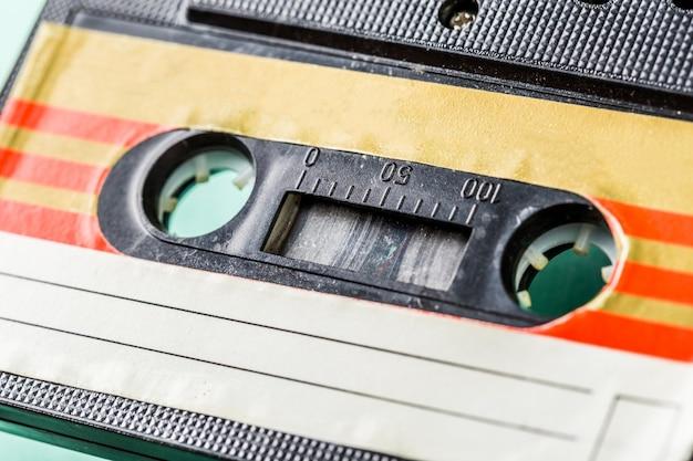 Stare kasety audio na turkusowej powierzchni