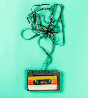 Stare kasety audio na turkusowym stole