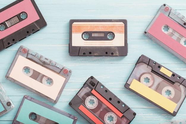 Stare kasety plastikowe na drewniane. koncepcja muzyki retro