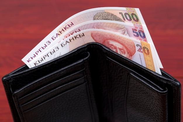 Stare kirgiskie pieniądze są w portfelu