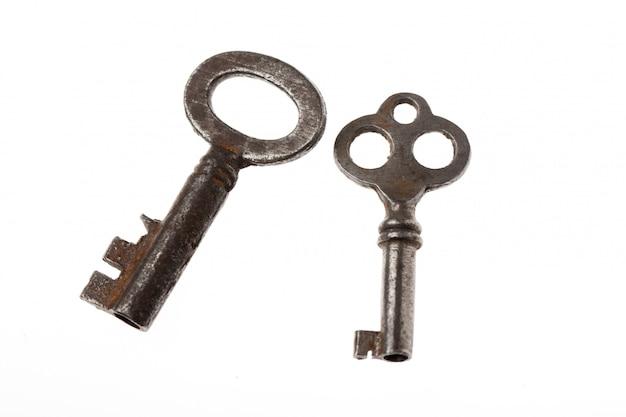 Stare klucze na białym tle