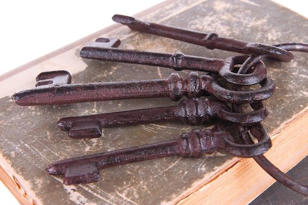 Stare klucze na starych książkach