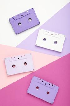 Stare kolorowe kasety na kolorowym tle. dzień muzyki