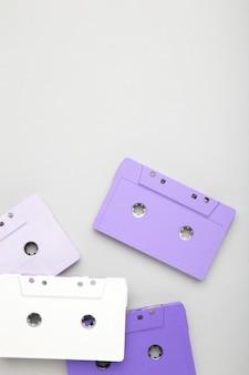 Stare kolorowe kasety na szarym tle. dzień muzyki