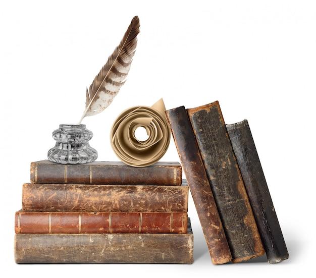 Stare książki, kałamarz i zwój na białym tle