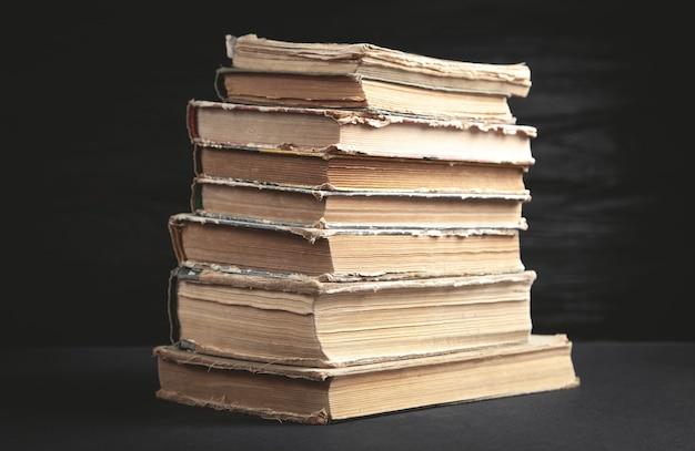 Stare książki na czarnym tle.