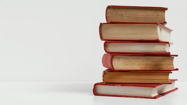 Stare książki z białym tłem i kopia przestrzeń