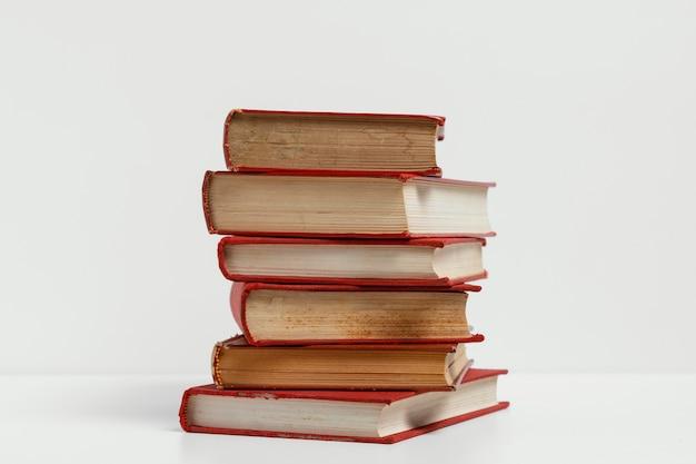 Stare książki z białym tłem