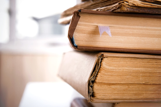 Stare książki z bliska