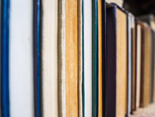 Stare książki z rzędu. pożółkłe i zmięte strony książek