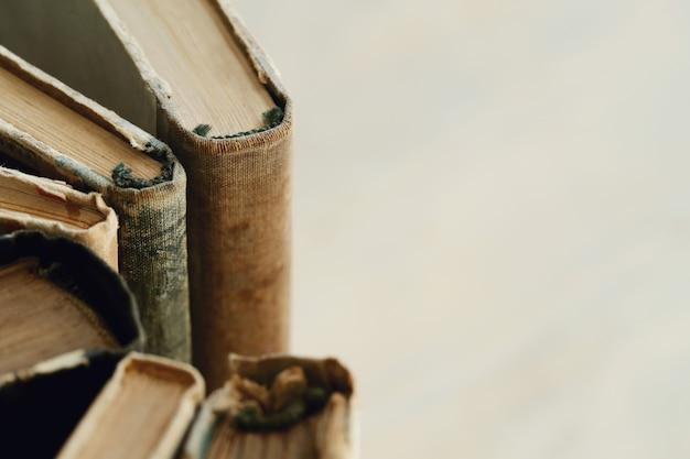 Stare książki zbliżenie z tłem copyspace, pojęcie literatury