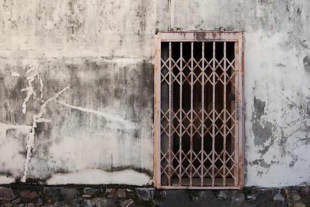 Stare kute żelazne drzwi na szarej podłodze cementu