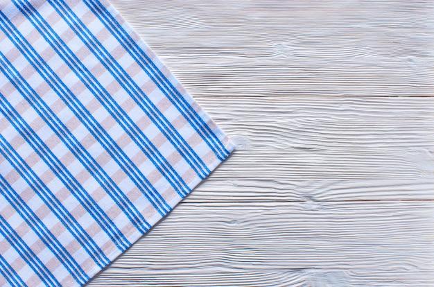 Stare lekkie drewniane tła. drewniany stół z niebieskimi ręcznikami kuchennymi