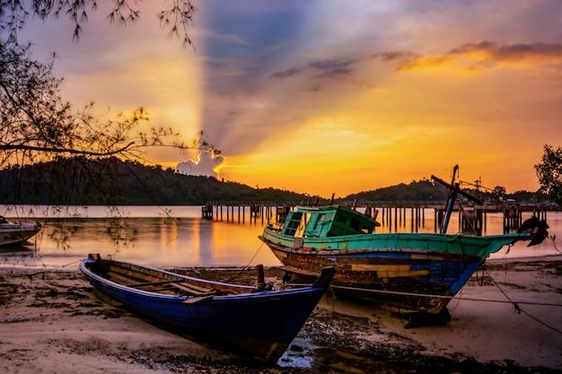 Stare łodzie i wieczorne światło