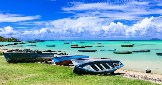 Stare łodzie rybackie. sceneria wyspy mauritius