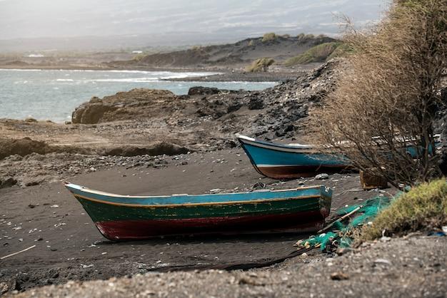 Stare łodzie rybackie w piasek plaży