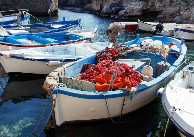 Stare łodzie rybackie z sieciami, południowe włochy