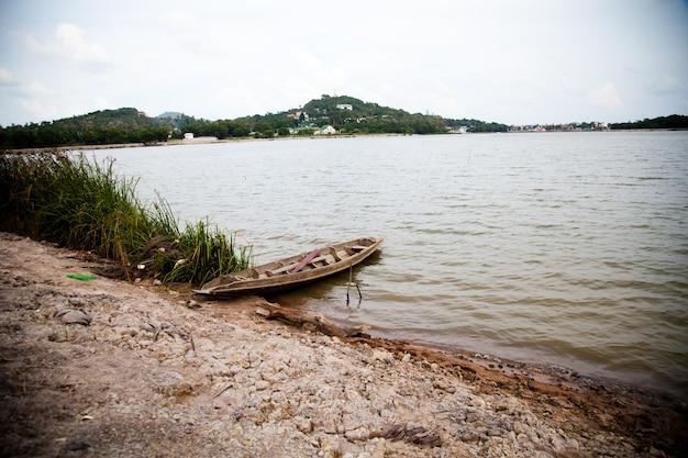 Stare łodzie wiosłowe w jeziorze na brzegu azji