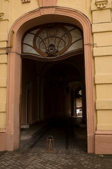 Stare łukowe wejście z witrażem. lwów, ukraina