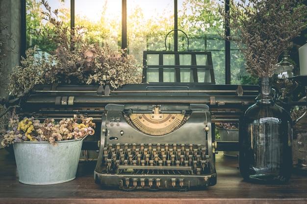 Stare maszyny do pisania vintage ozdoby i wazony z suszonych kwiatów
