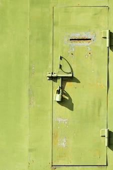 Stare metalowe drzwi z klawiaturą