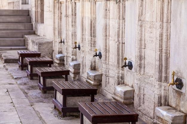 Stare metalowe krany w strefie ablucji wudu znajdującej się na dziedzińcu w turcji, alanya. miejsce przygotowania do modlitwy oraz przed przyjęciem i przeczytaniem koranu.