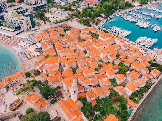 Stare miasto budva w czarnogórze na wybrzeżu adriatyku, widok z lotu ptaka