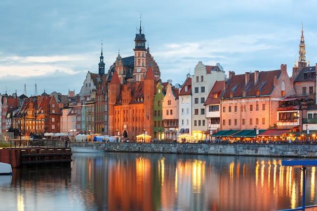 Stare miasto gdańsk, długie pobrzeża i motława nocą