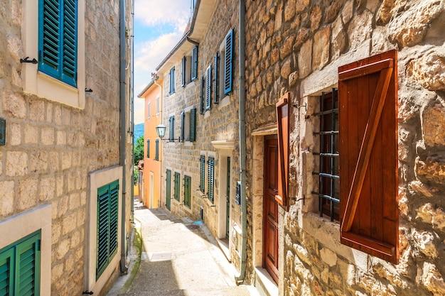 Stare miasto herceg novi wąska europejska ulica, czarnogóra.