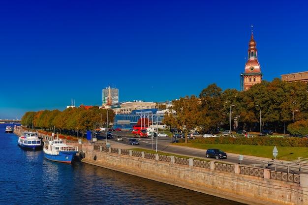 Stare miasto i rzeka dźwina, ryga, łotwa