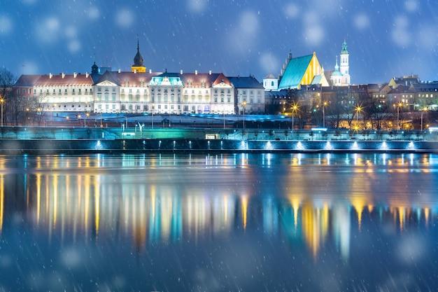 Stare miasto i rzeka wisła nocą w warszawie, polska.