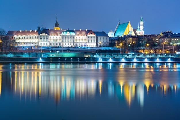 Stare miasto i wisła w nocy w warszawie, polska.