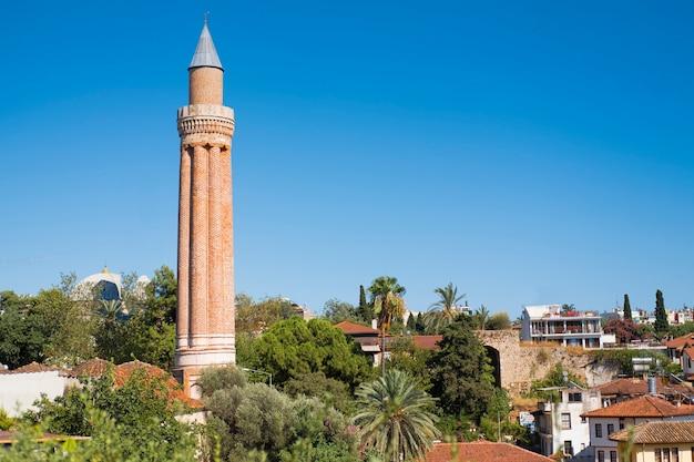 Stare miasto kaleici z czerwonymi dachówkami na wybrzeżu morza śródziemnego
