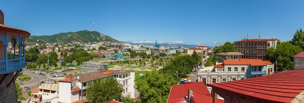 Stare miasto tbilisi widok na dachy, mosty, góry, ulice, drogi.