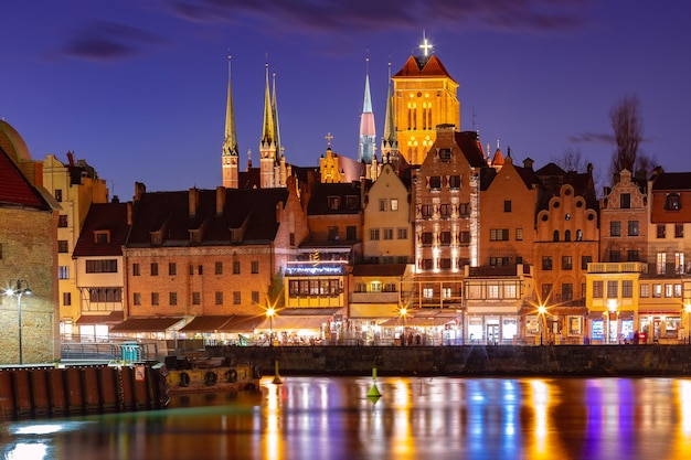 Stare miasto w gdańsku, długie pobrzeze, bazylika mariacka czy kościół mariacki, ratusz i motława nocą