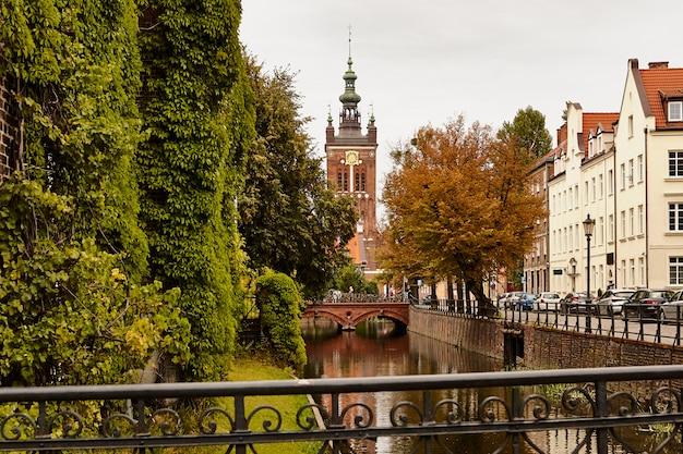 Stare miasto w gdańsku. polska. krajobraz miasta jesień.