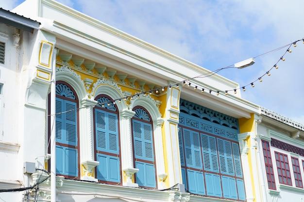 Stare miasto w phuket z budynku sino portugalskiej architektury w obszarze starego miasta w phuket phuket, tajlandia.