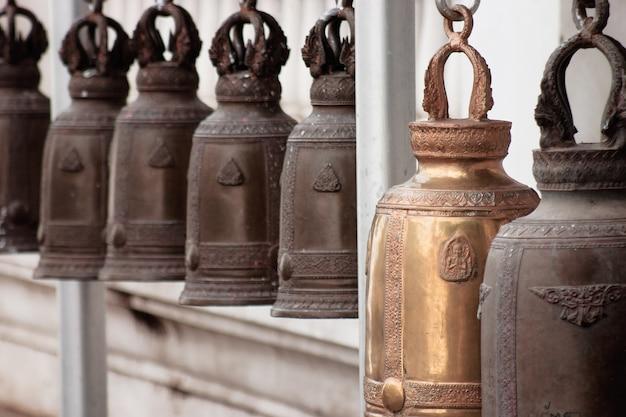 Stare mosiężne dzwony kościelne z tajską świątynią