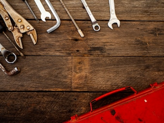 Stare narzędzia na drewnianym stole