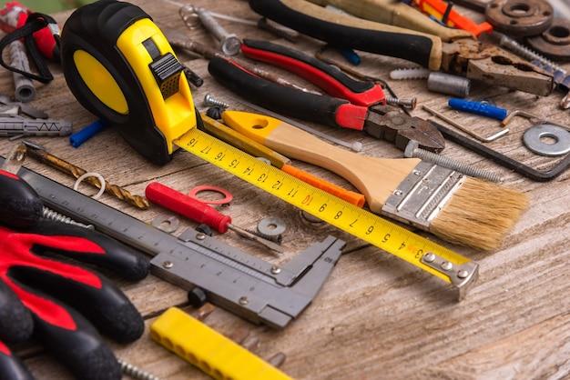 Stare narzędzia do naprawy na tle drewnianych. widok z góry.