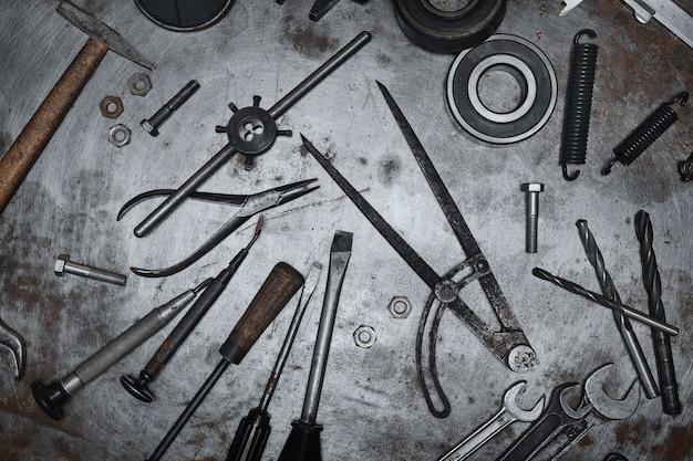 Stare narzędzia ręczne na metalowej powierzchni grunge